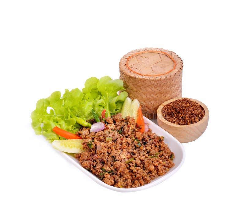 Kryddigt finhackat griskött på den isolerade maträtten chili Risbambukorg Th arkivbild