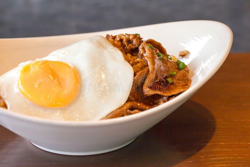 Kryddigt grillfestnötkött för koreansk mat med det stekte ägget och ris fotografering för bildbyråer
