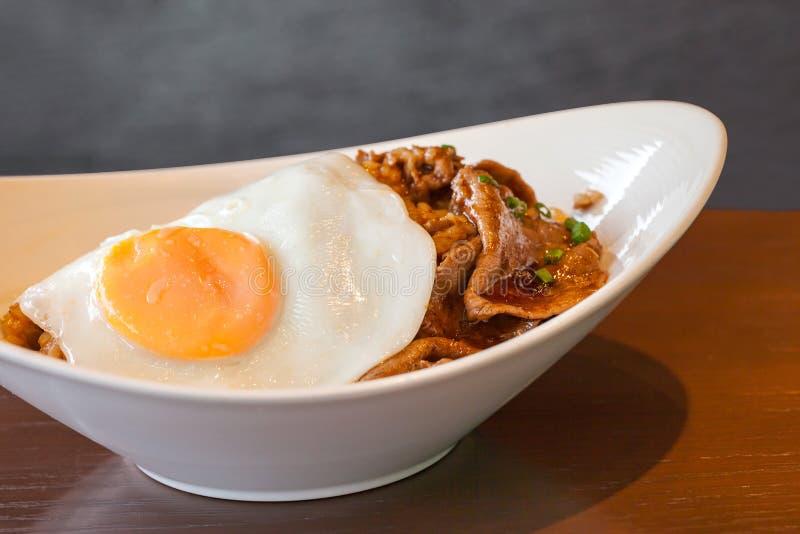 Kryddigt grillfestnötkött för koreansk mat med det stekte ägget och ris royaltyfri foto