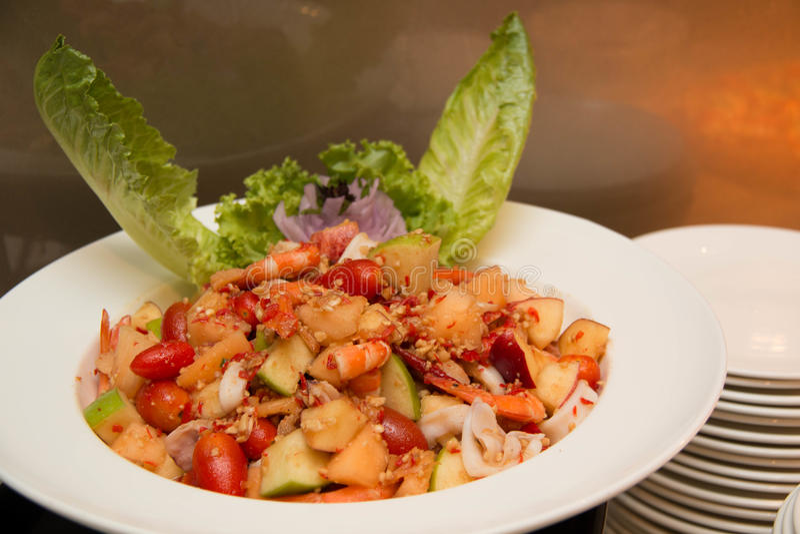 Kryddigt med skaldjur på plattan, vit frukt arkivfoton