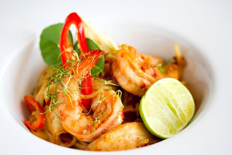 Kryddigt räkaspagettislut upp mat fotografering för bildbyråer