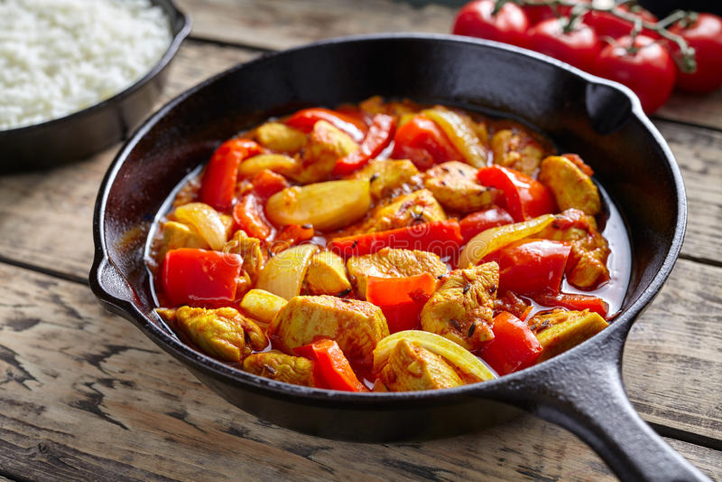 Kryddigt stekt kött för feg för kulturrestaurang för jalfrezi sund traditionell indisk curry för mål med chili och grönsaker arkivfoton