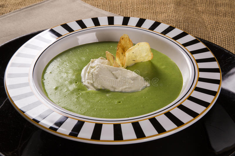 Kryddkrassesoppa med gorgonzola ost och den frasiga potatisen arkivbilder