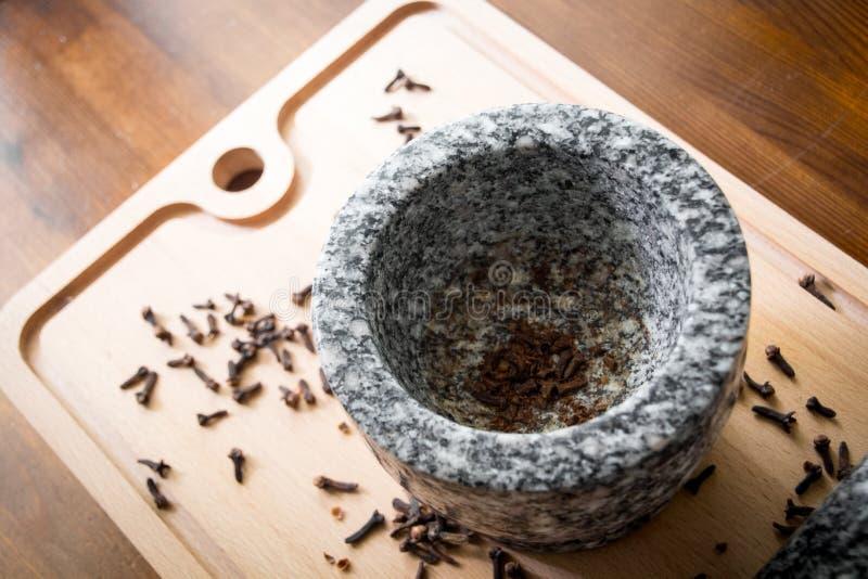 Kryddnejlika med mortelstöten och mortel arkivfoton