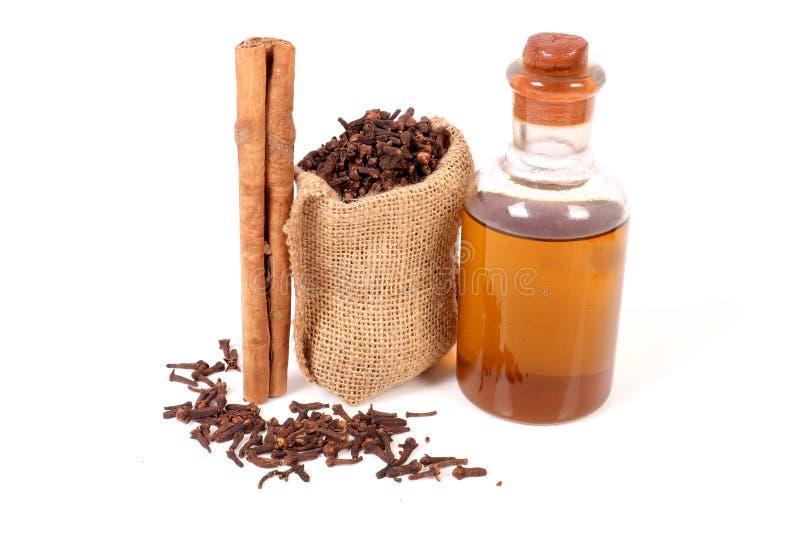 Kryddnejlika och kanelbrun olja royaltyfri foto