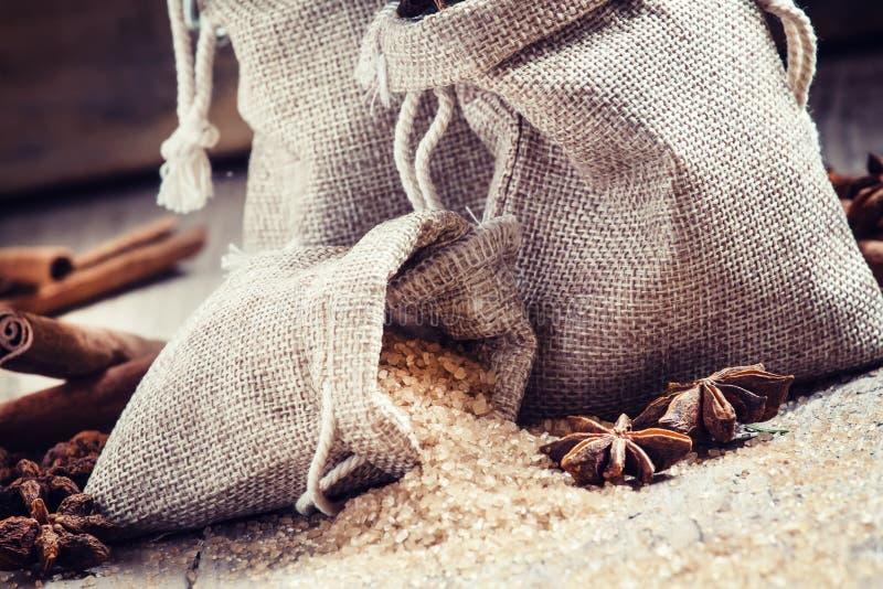 Kryddor för funderat vin: kanel anis, brunt rottingsocker i påse royaltyfri bild