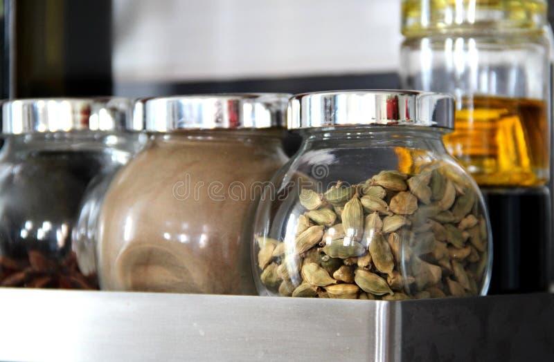 Kryddor i köket arkivbild