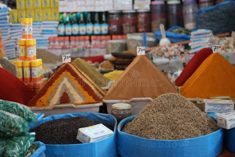 Kryddor i marknaden i Agadiren, Marocko arkivfoto