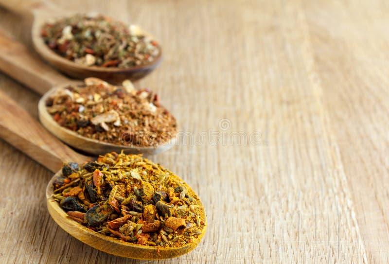 Download Kryddor i träskedar arkivfoto. Bild av kök, orange, färgrikt - 37349418