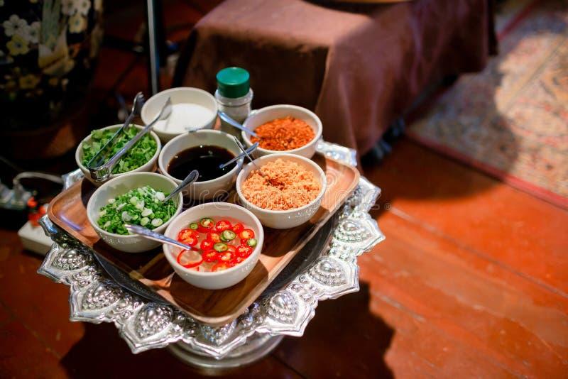 Kryddor med ingredienser på mörk bakgrund asiatiskt sund eller matlagningbegrepp för mat, Thailändsk mat för ` s Ingredienser av  arkivfoton