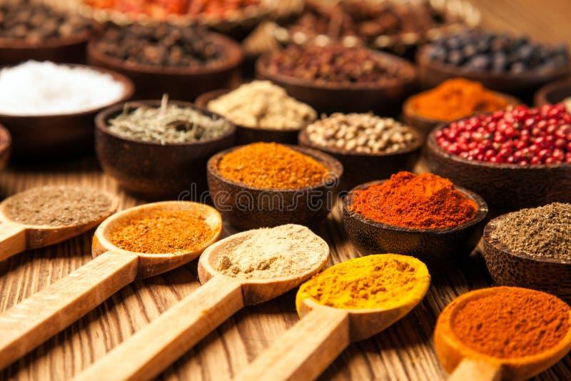 Kryddor och örtar i träbunkar royaltyfri fotografi