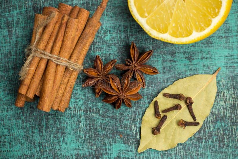 Kryddor och örtar Mat kokkonstingredienser, kanel, kryddnejlika, anis, citron royaltyfria bilder