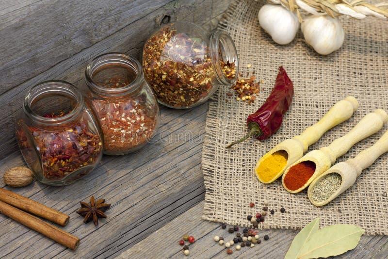 Kryddor och örtar på trägammal tappning stiger ombord arkivbild
