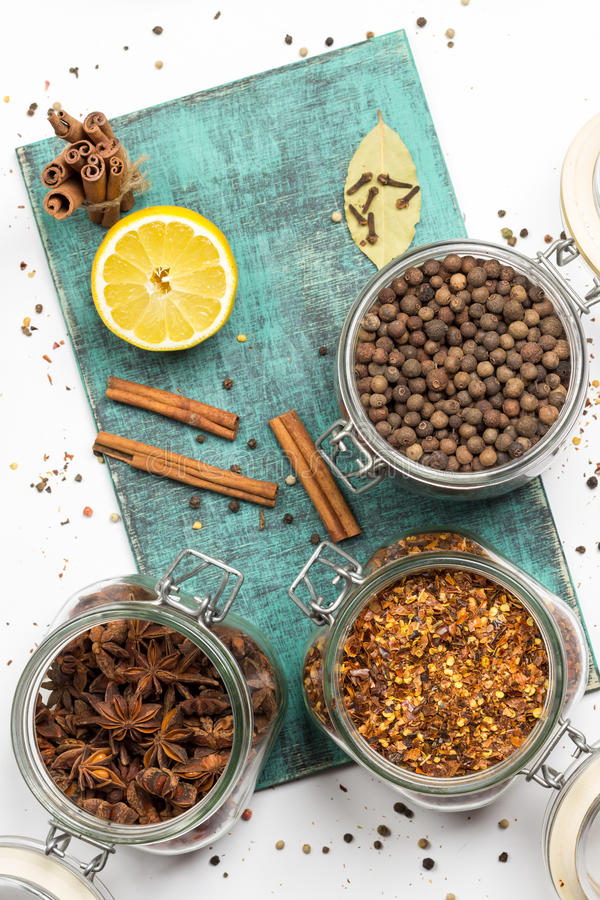 Kryddor och örter i krus Mat kokkonstingredienser Trä stiga ombord arkivbild