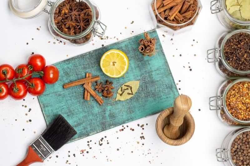 Kryddor och örter i krus Mat kokkonstingredienser Trä stiga ombord royaltyfri fotografi