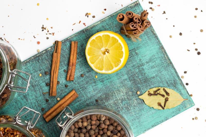 Kryddor och örter i krus Mat kokkonstingredienser Trä stiga ombord fotografering för bildbyråer