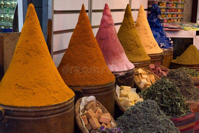 Kryddor och örter på en moroccan marknad, Marrakesh, Marocko royaltyfri foto