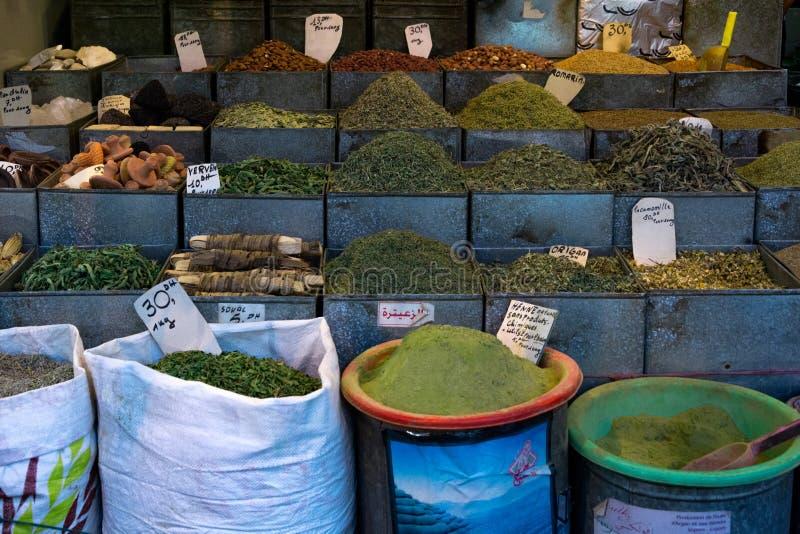 Kryddor och örter på en moroccan marknad, Marrakesh, Marocko arkivfoton