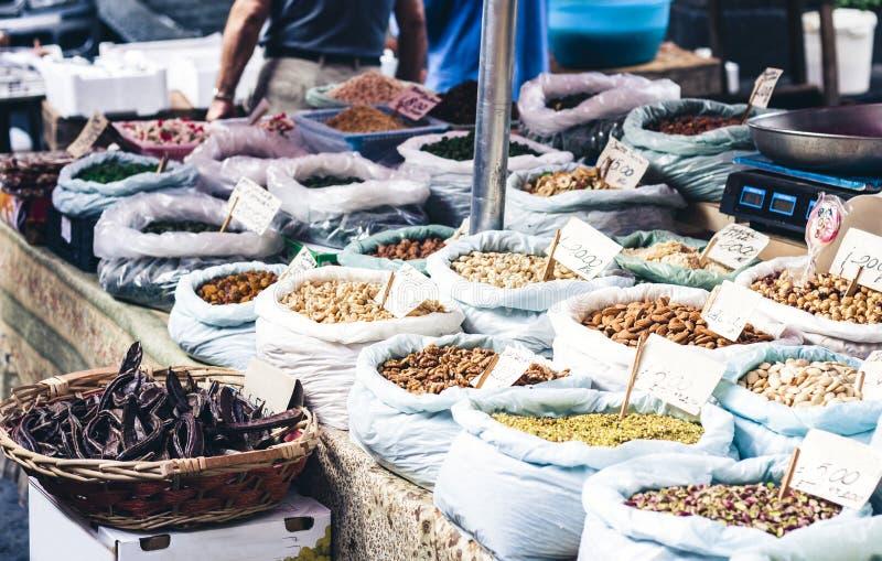 Kryddor och muttrar i fruktmarknaden, Catania, Sicilien, Italien arkivfoto