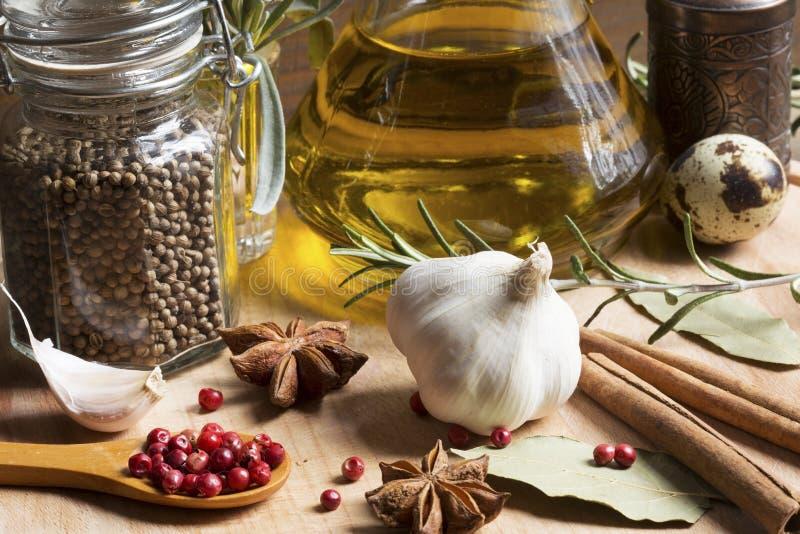 Kryddor och olivolja royaltyfri bild