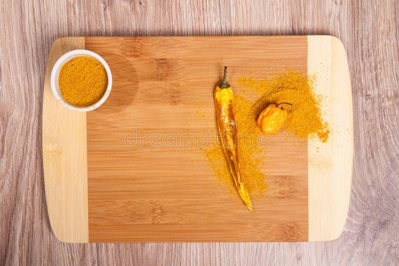 Kryddor på chili och Habanero för wood skärbrädawhit varm Kulinarisk sammansättning på wood tabellbakgrund i kök Intelligens för  royaltyfri bild