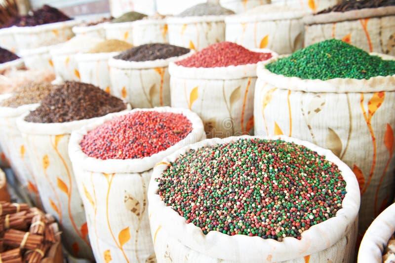 Kryddor på den östliga gatamarknaden royaltyfri bild