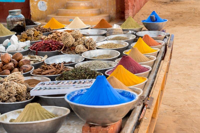 Kryddor på den Nubian marknaden i Aswan arkivfoton
