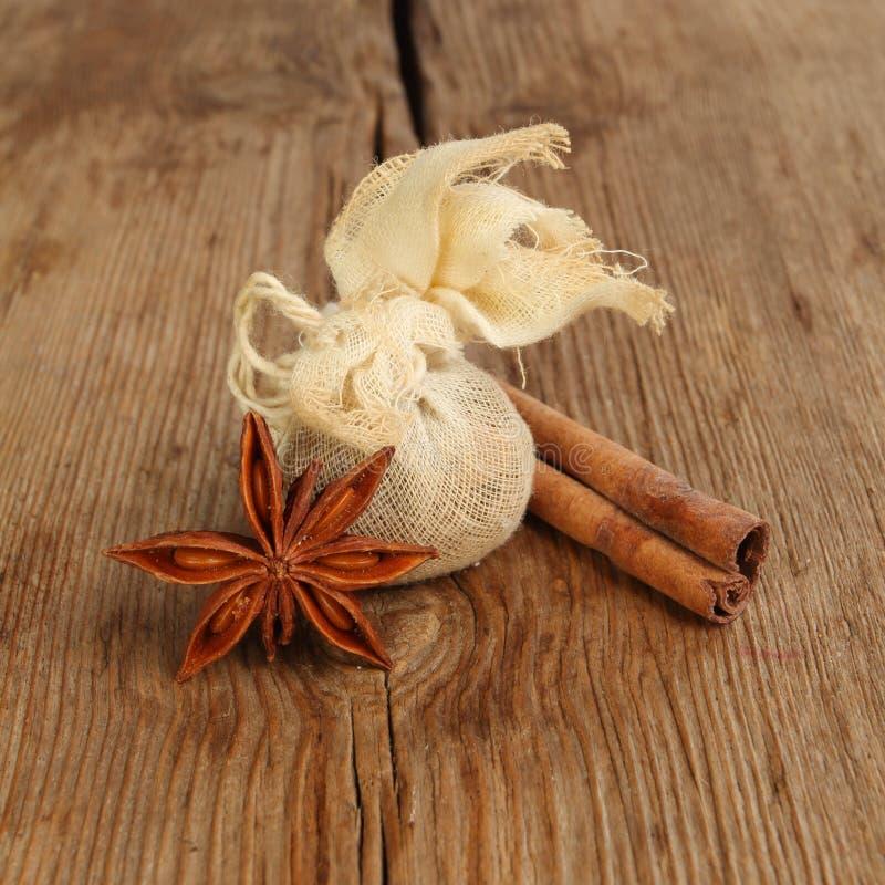 Kryddor på trä royaltyfria bilder