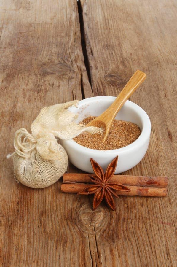 Kryddor på trä royaltyfria foton
