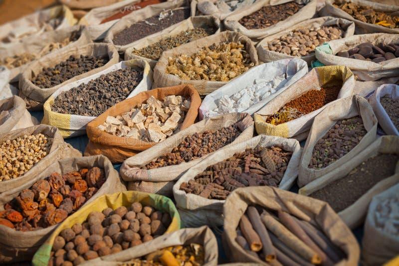 Kryddor säljs på öppen östlig marknad Indien Pushkar fotografering för bildbyråer