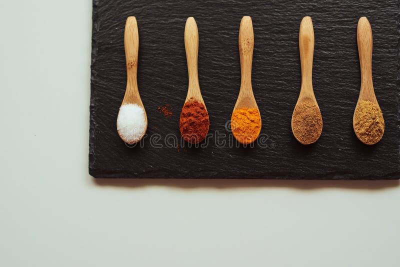 Kryddor som lagar mat medelhavs- mat royaltyfri fotografi