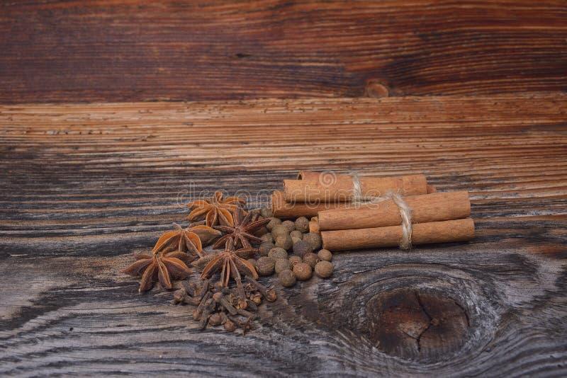 Kryddor som ligger på en träyttersida arkivbild