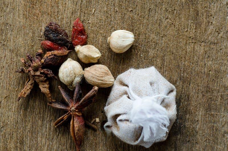Kryddor som ligger på ett trä arkivbild