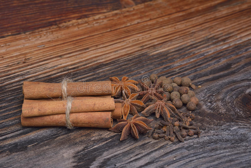 Kryddorna som ligger på en träyttersida arkivbild