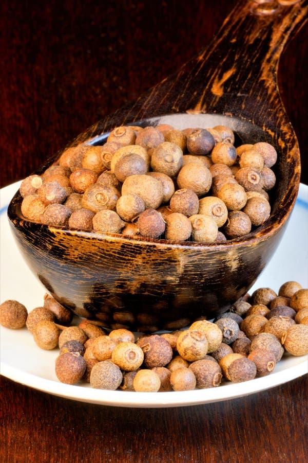 Kryddpeppar för att krydda blandningar Hela ärtor tillfogas till köttsoppor, marinader, såser till kött, fiskdisk det ger anstryk arkivbild