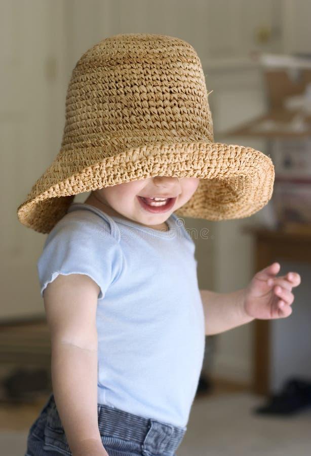 kryjówka dziecko bawi się w chowanego obraz royalty free