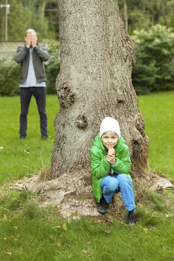 Kryjówka - i - aport w ogródzie zdjęcie stock