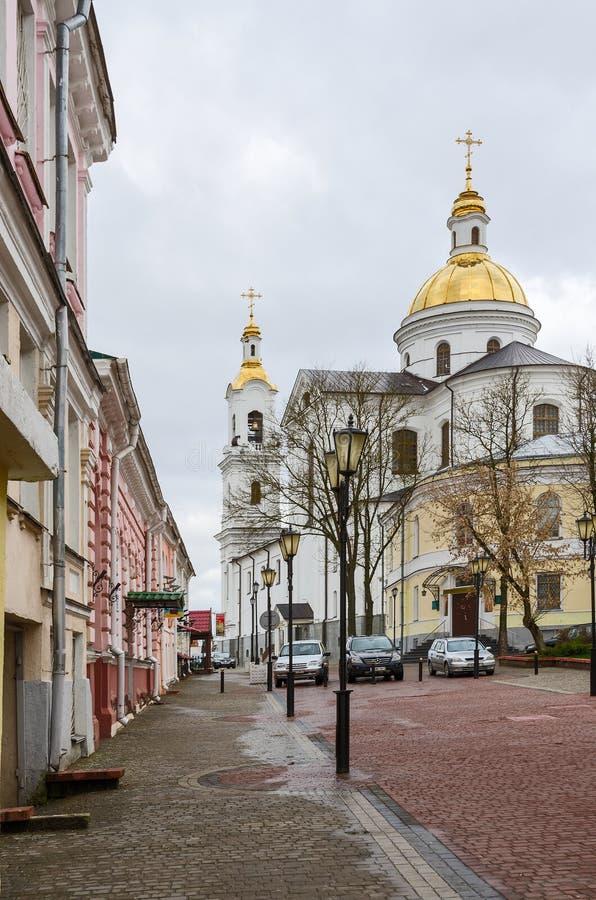 Krylov gata och sikt av den heliga antagandedomkyrkan i Viteb royaltyfri foto