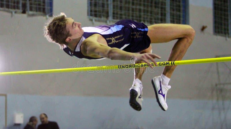 Krymarenko Yuriy no salto elevado fotografia de stock royalty free