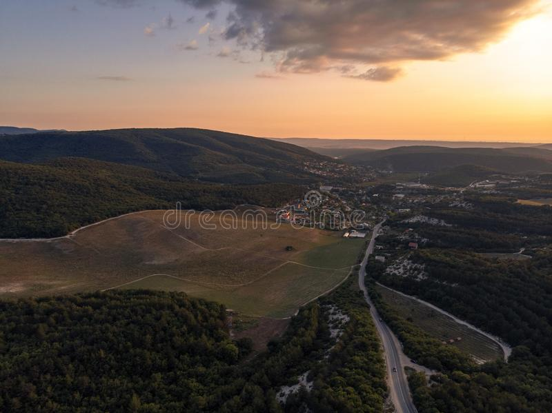 Krymska wioska, otaczająca lasem i wzgórzami przy zmierzchem obraz royalty free