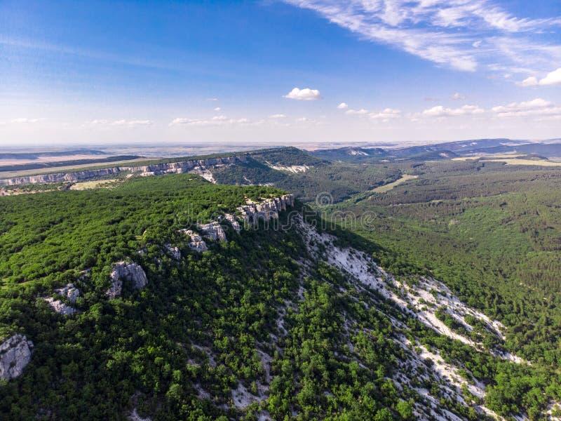 Krymskie góry w lecie zakrywającym z zielonym lasem obraz royalty free
