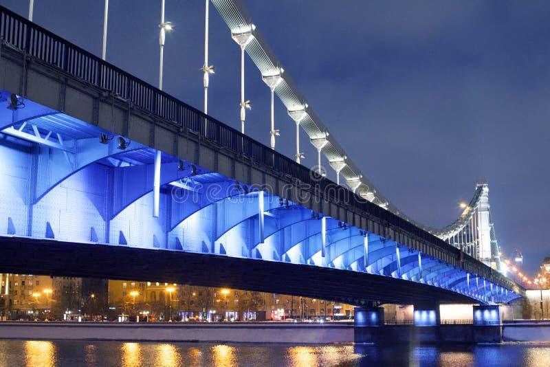 Krymsky bro eller Crimean bro i Moskva, Ryssland nattsikt med blå belysning royaltyfria bilder