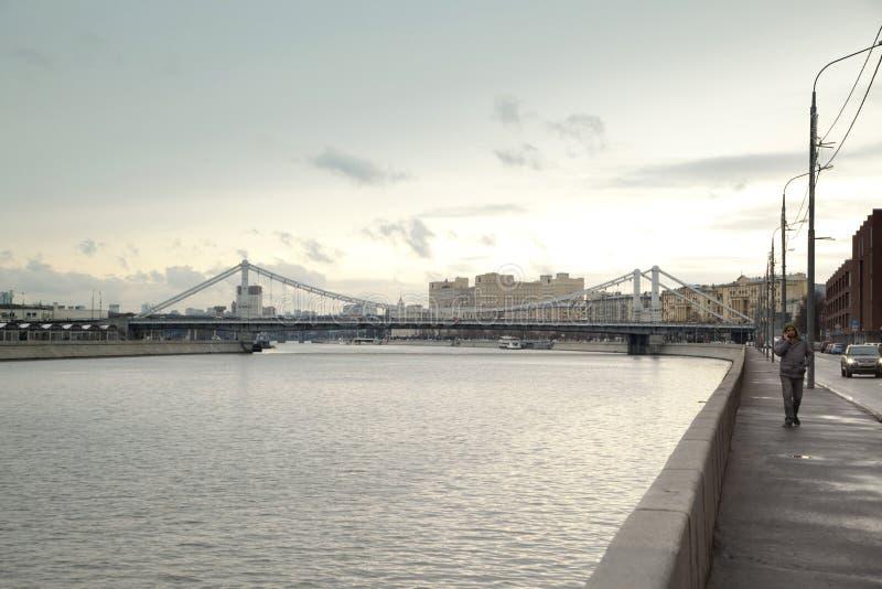 Krymskybrug in een bewolkte dag in Moskou royalty-vrije stock foto