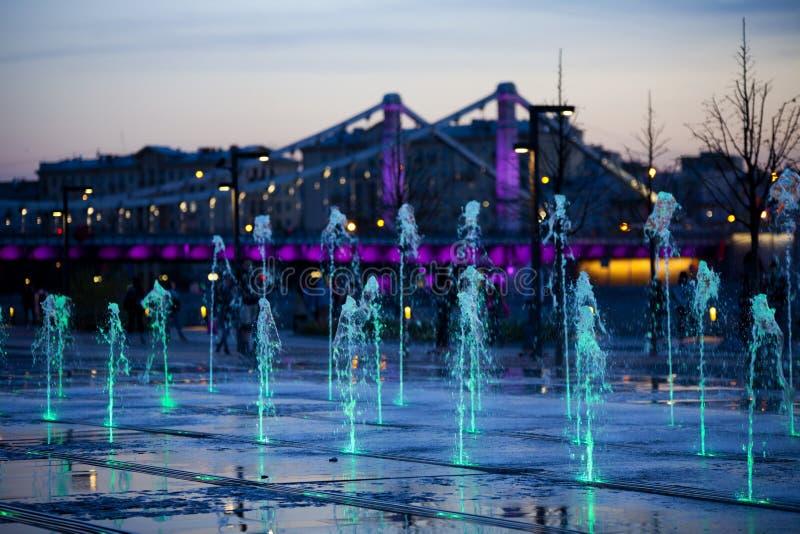 Krymskybrug of Krimbrug in Moskou, Rusland Op Th-achtergrond van fauntains stock fotografie