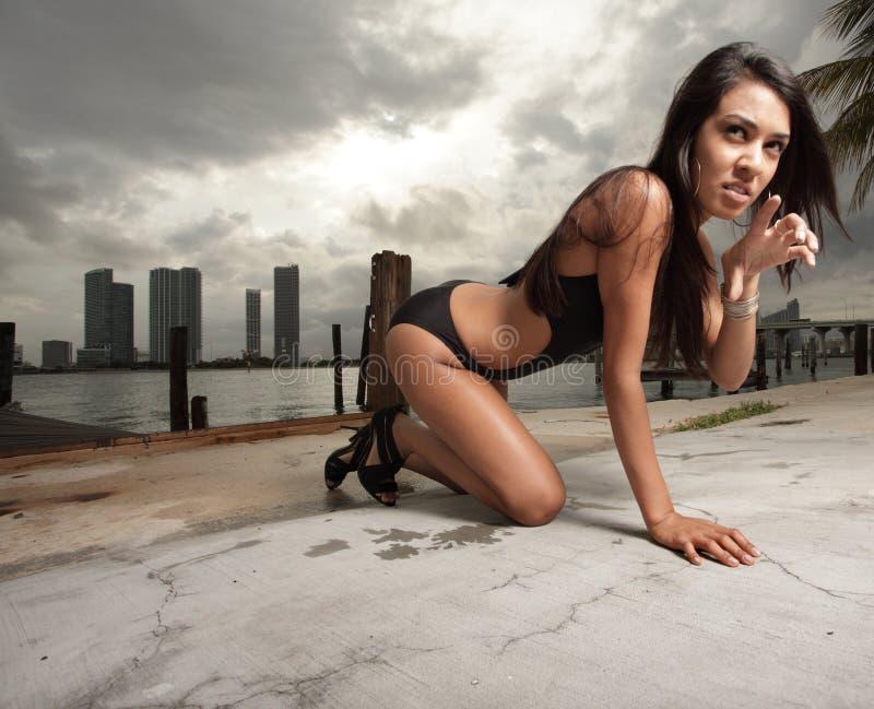 krypa kvinna för bikini arkivbild