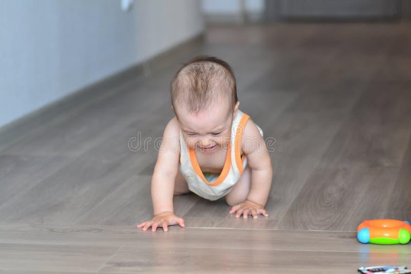 Krypa på det skriande barnet för golv royaltyfria foton