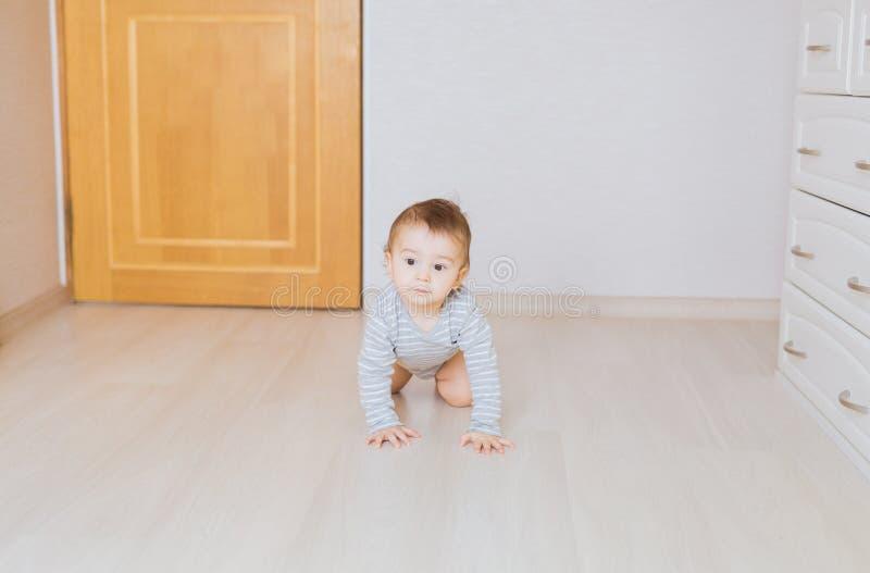Krypande roligt behandla som ett barn pojken inomhus hemma arkivfoton