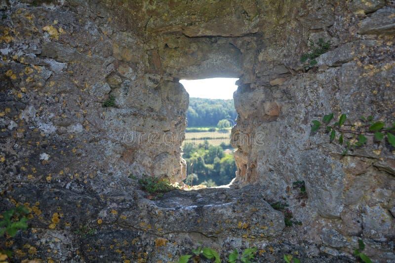Kryphål i gammal slottvägg royaltyfria foton