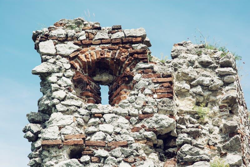 Kryphål Plavecky slott royaltyfria bilder