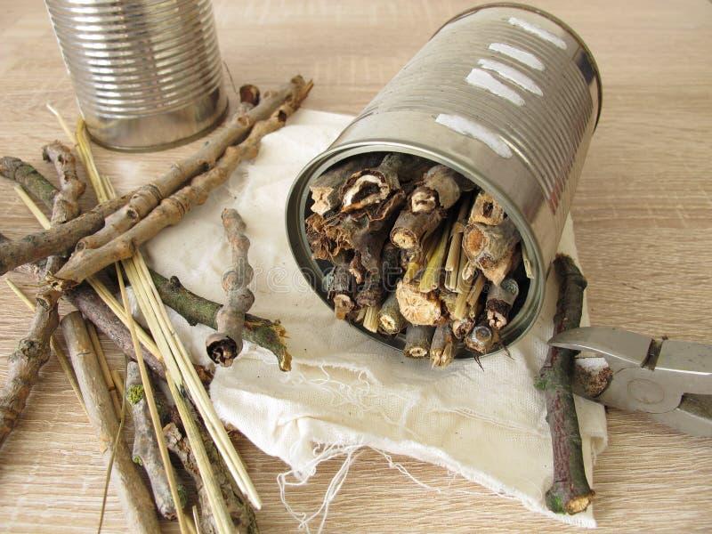 Kryphotell från tenn- cans, ris och sugrör arkivfoto